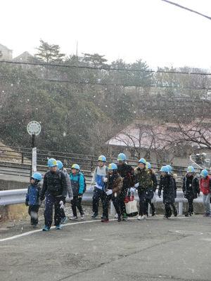 ミーティング後、班毎に登山口に向って出発.JPG