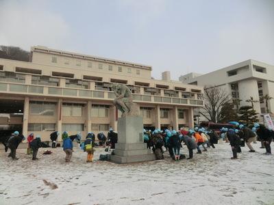 小雪のチラツク中、入念な準備体操.JPG