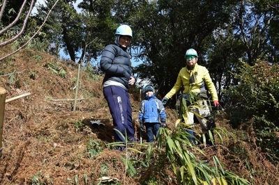 最年少の小学生もママと一緒に植樹.JPG