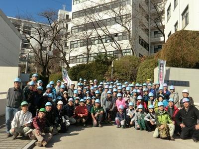 神戸薬科大学正門前での集合写真.jpg